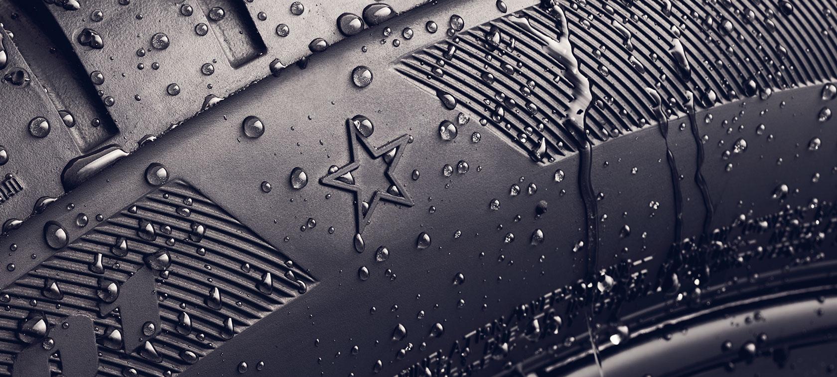 Imagine în prim plan cu anvelopa BMW cu marcaj cu stea