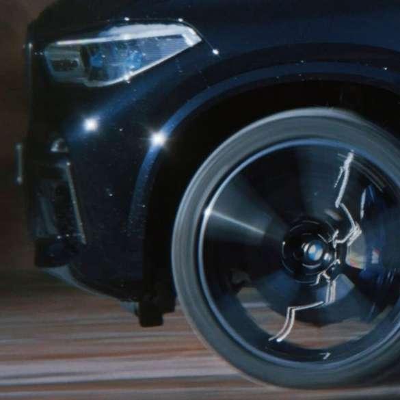 Imagine cu jantă BMW M cu apărătoare, în timp ce rulează
