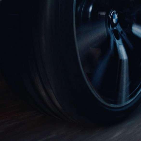 Janta BMW cu logo BMW, în timp ce rulează